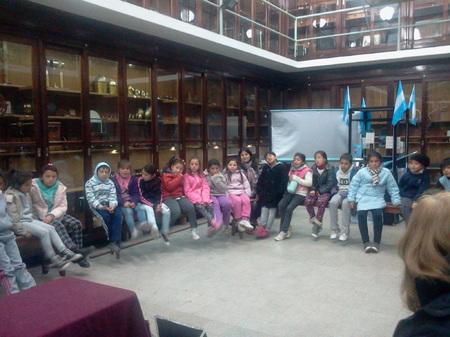 """Los chicos del comedor """"Centro Verde"""" visitaron la Facultad de Cs. Exactas 1"""