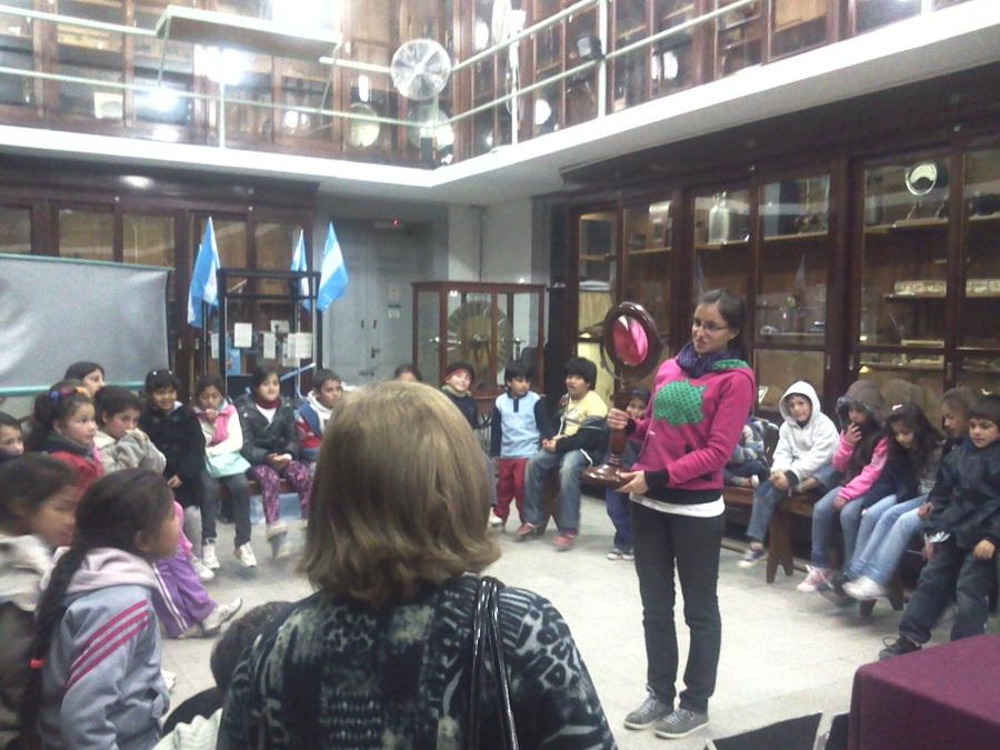 """Los chicos del comedor """"Centro Verde"""" visitaron la Facultad de Cs. Exactas 3"""