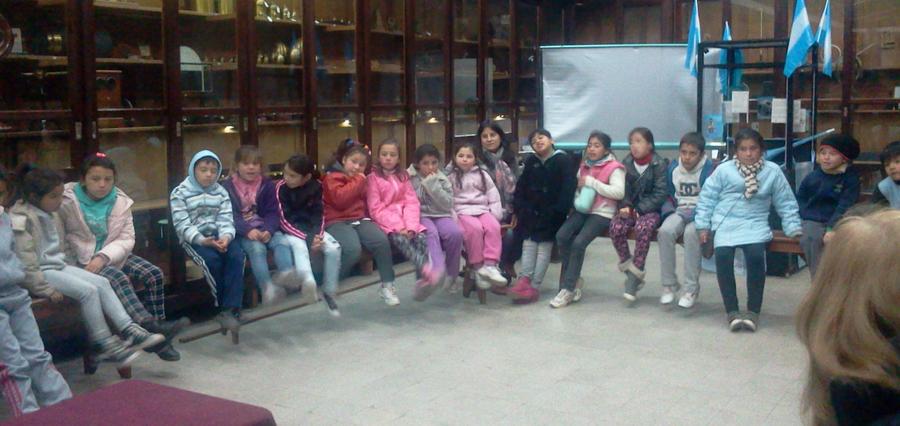 """Los chicos del comedor """"Centro Verde"""" visitaron la Facultad de Cs. Exactas id"""