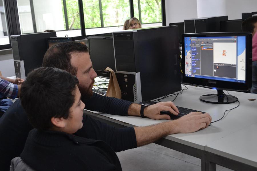Niños de diferentes organizaciones sin fines de lucro visitaron la Facultad de Informática para comenzar a programar con Schatch